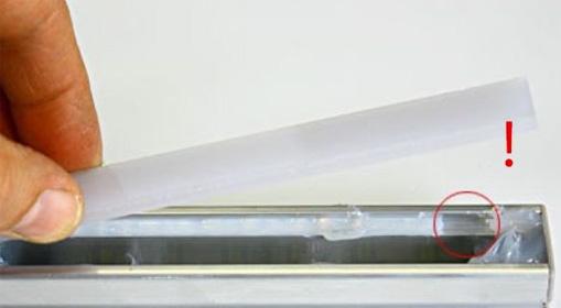 pokazanie niedokładnego zalania profilu silikonem