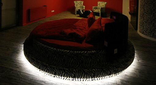 Oświetlenie LED łóżka w sypialni