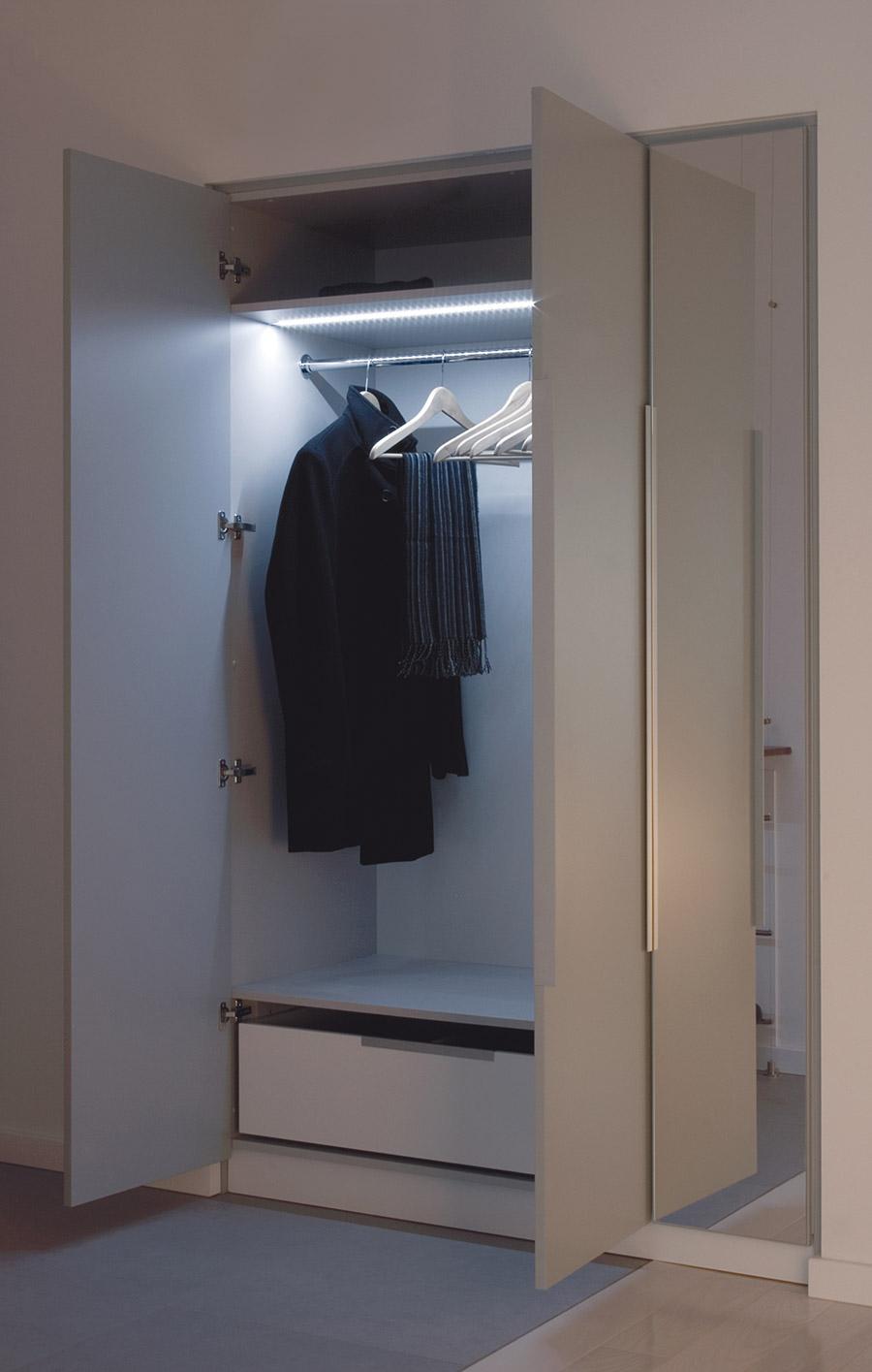 oświetlenie w szafie przy pomocy profilu z firmy Klus