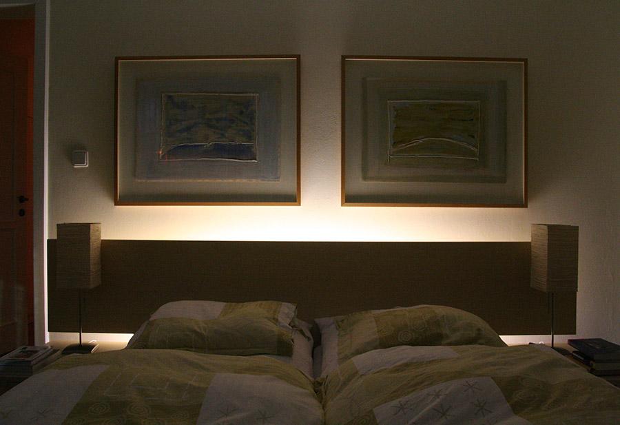 Podświetlenie łóżka w sypialni taśmą LED w profilu