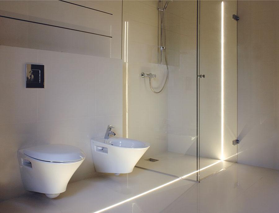 oświetlenie fug w łazience minimalistycznej