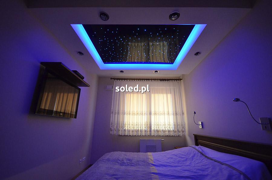 gwiezdne niebo w sypialni nad łóżkiem
