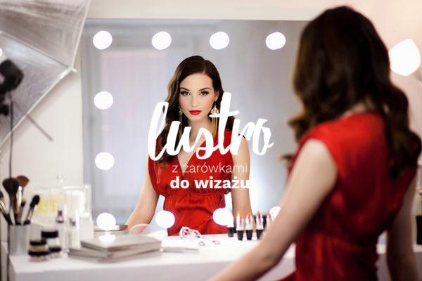 lustro z żarówkami do wizażu - napis na tle zdjęcia modelki przy lustrze wizażowym