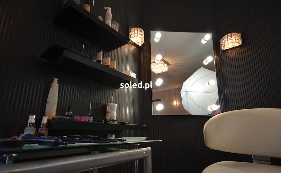 lustro wizażysty wiszące na ścianie w ciemnym pomieszczeniu - pracowni wizażu