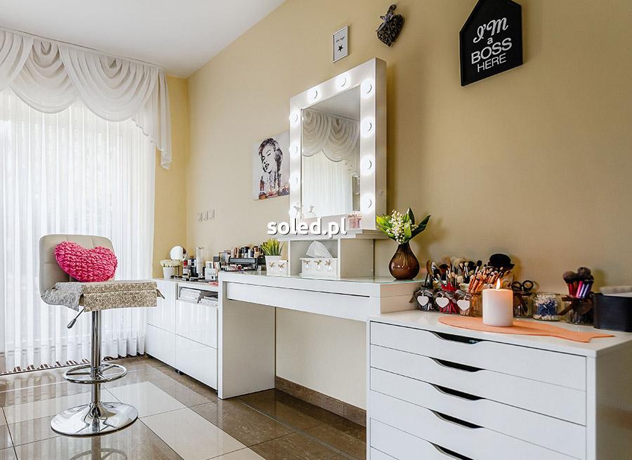 Lustro do makijażu dla profesjonalnej wizażystki w salonie Moniki Rybak