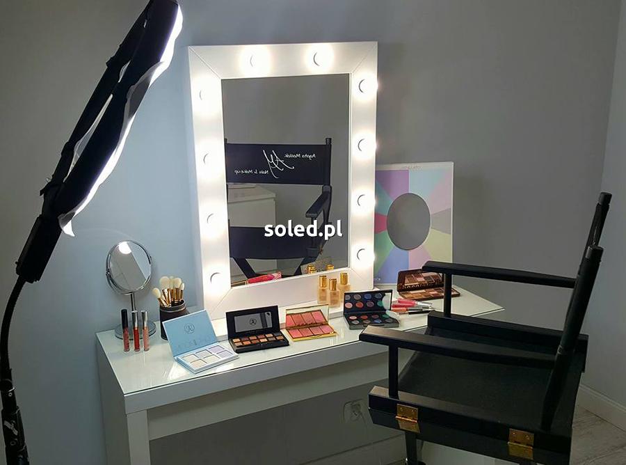 lustro dla makijażystów z serii make up stand zakupione przez naszą klientkę stoi na białej toaletce w otoczeniu kosmetyków do makijażu