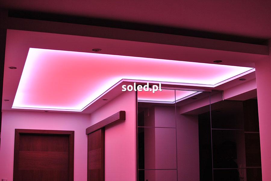 sufit napinany z podświetleniem różowym w wersji LED RGB zamontowany w przedpokoju mieszkania w bloku