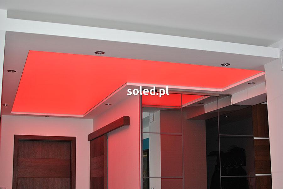 sufit napinany w przedpokoju z podświetleniem czerwonym na całej powierzchni