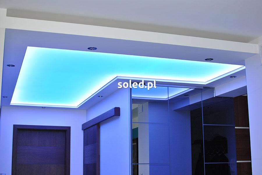 sufit napinany z podświetleniem niebieskim i dodatkowo białym zimnym po obwodzie, sufit zamontowany jest w przedpokoju mieszkania w bloku