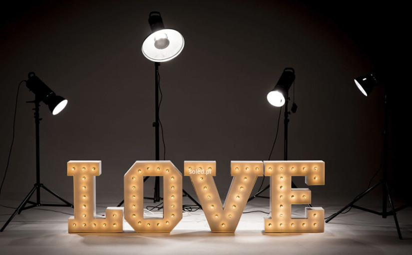 Powrót do przeszłości, czyli boom na podświetlane litery z żarówkami w stylu retro