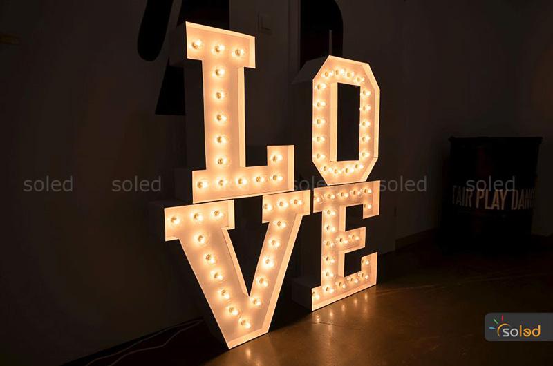 Podświetlane litery z żarówkami tworzące napis LOVE