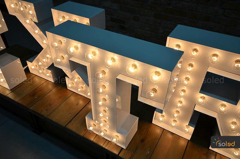 podświetlane litery z żarówkami - widok z góry