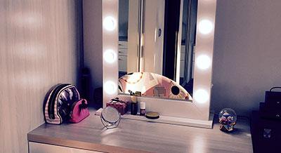 Dowiedz się więcej o lustrze Make Up Stand
