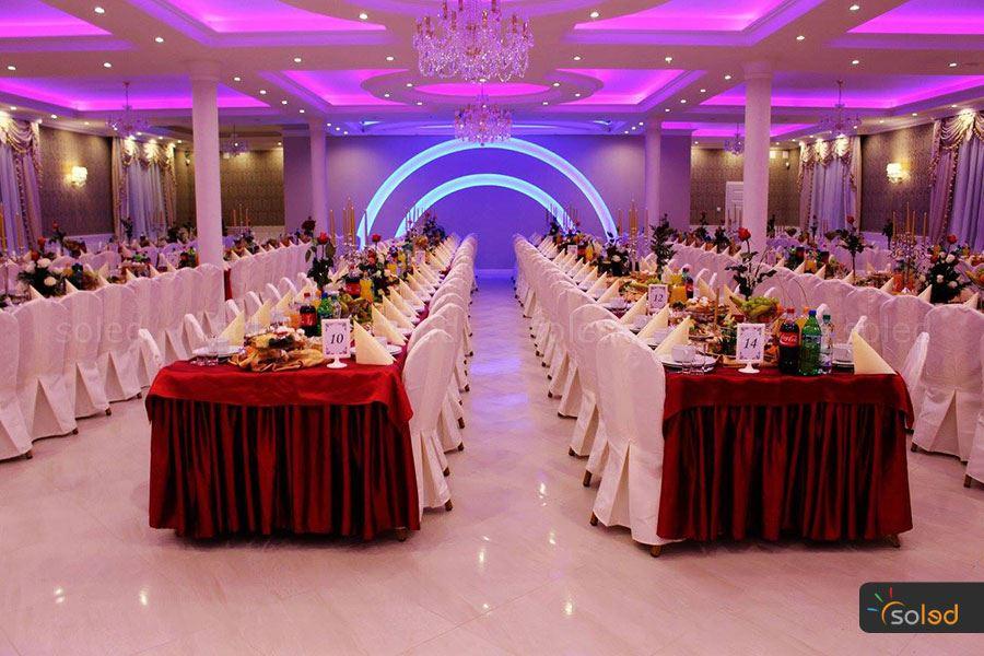 Z taśm LED powstają pomysły na pomysły na aranżację i oświetlenie sali weselnej, czego przykładem jest sala na zdjęciu