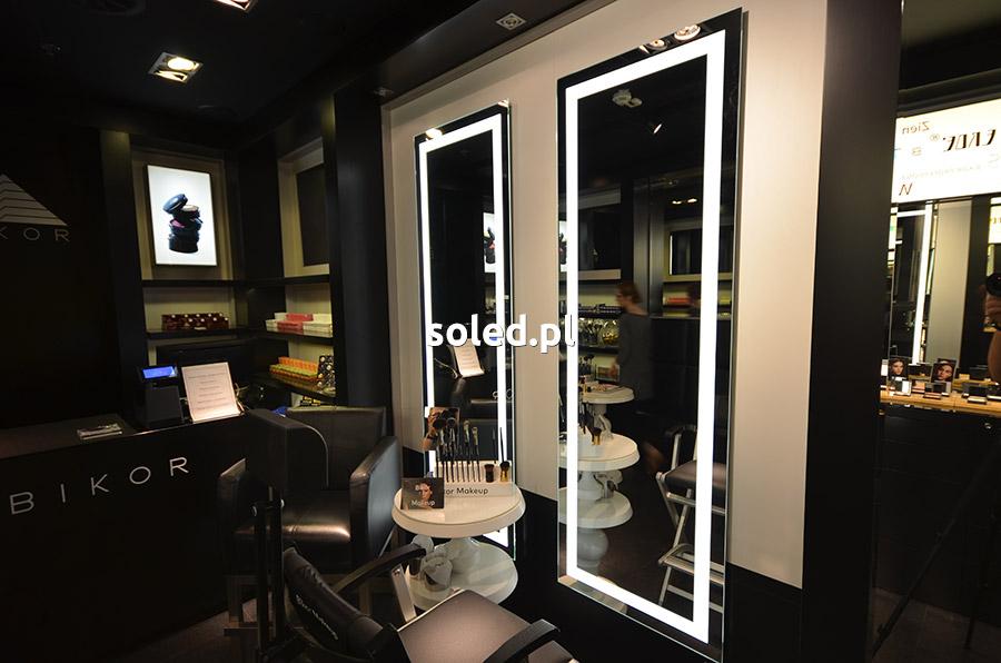 lustra LED podłużne, zawieszone na ścianie pionowo, znajdujące się w salonie Bikor