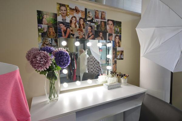 designerskie lustro z żarówkami jako wyposażenie wnętrza