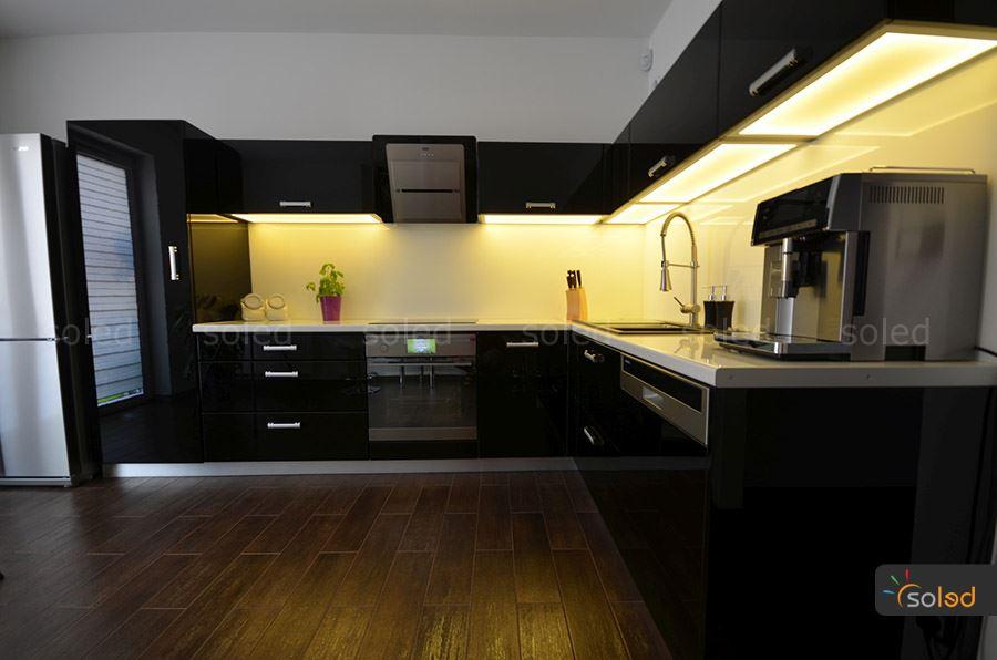 szklany wieniec kuchenny w czarnej kuchni