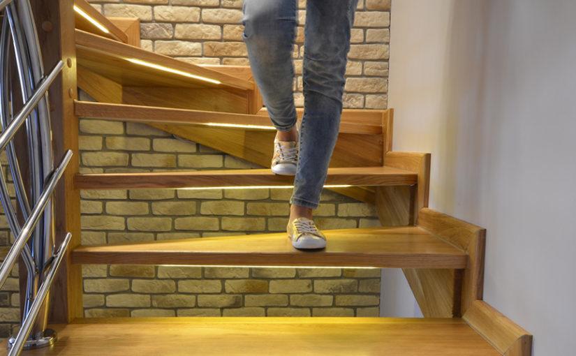 Oświetlenie schodów taśmami LED + inteligentny sterownik schodowy z czujkami ruchu
