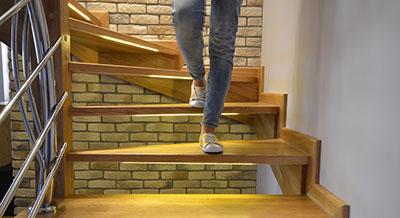 Dowiedz się więcej o oświetleniu schodów na wymiar