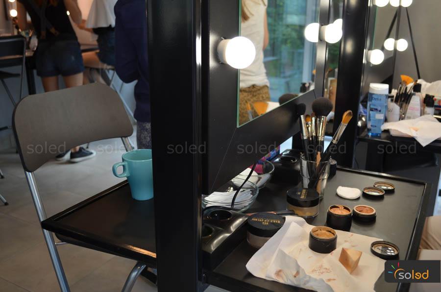 Blat na kosmetyki i przybory w stanowisku makijażowym firmy SOLED