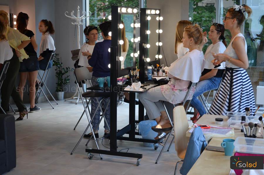 praca w szkole wizażu przy stanowiskach mobilnych obustronnych dla makijażystów