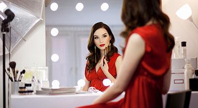 Dowiedz się więcej o designerskim lustrze z żarówkami