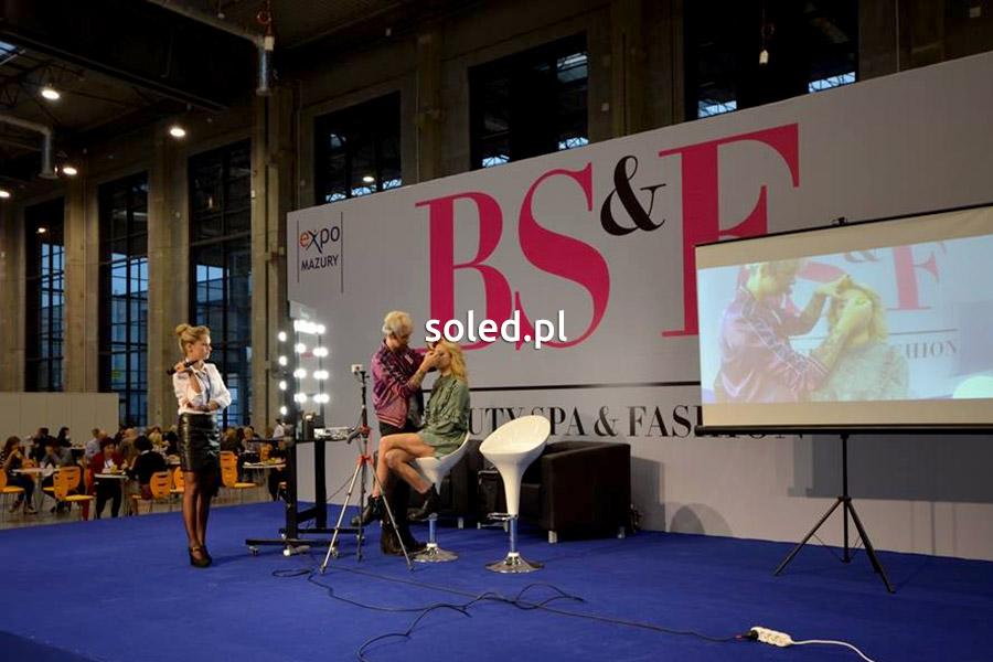 Stanowisko do wizażu na scenie Beauty Spa and Fashion, na której prezentowane są najnowsze trendy wizażu