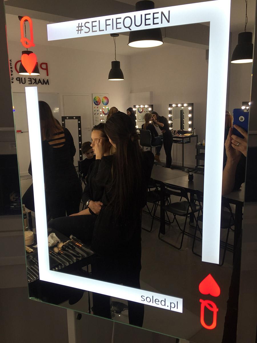 slefieqeen lustro w szkole wizażu