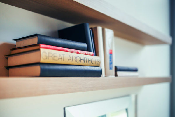 książki na półce oraz książka Great architects
