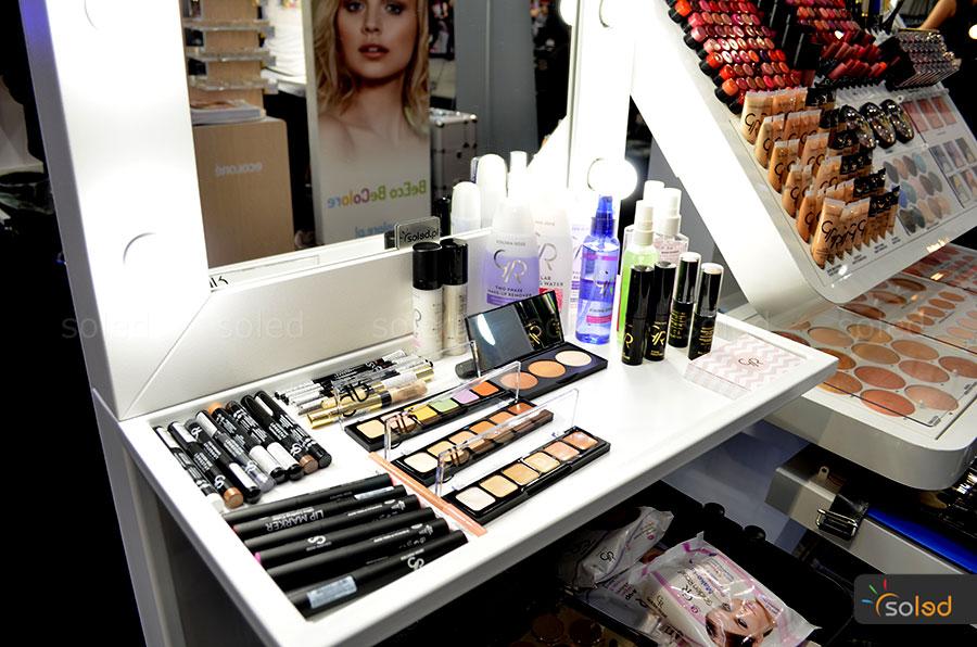 Półka na kosmetyki przy nowym stanowisku makijażowym firmy SOLED na The Makeup Day Poland 2017