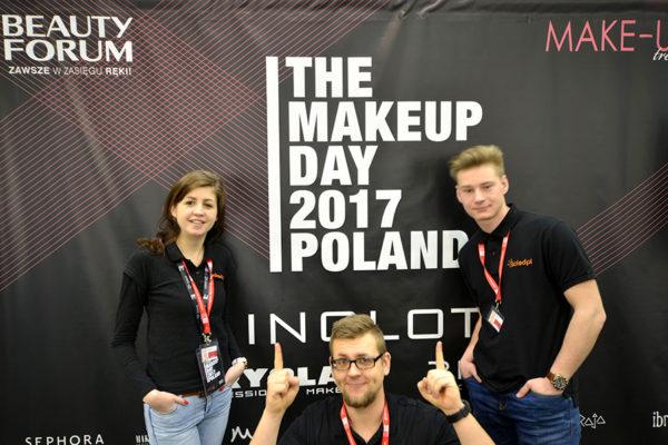 Pracownicy SOLED na targach Make Up Trendy przy ściance z logotypami firm
