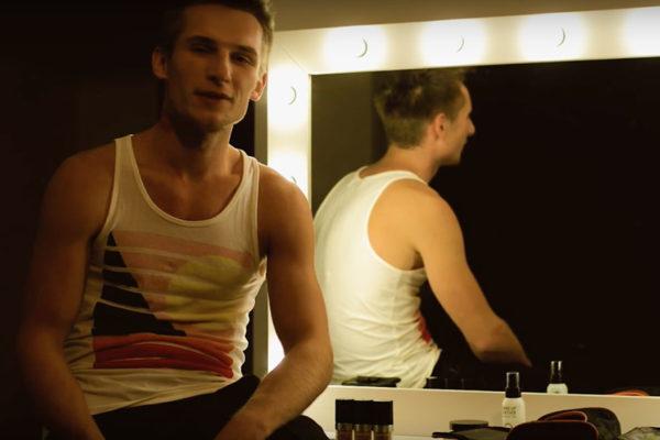 lustro wizażysty u Grzegorza Łastowieckiego, który siedzi na toaletce i dzieli się z nami opinią o lustrze