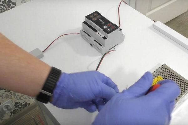 Sterownik SCR-1 podłączany do zasilania przez pracownika SOLED