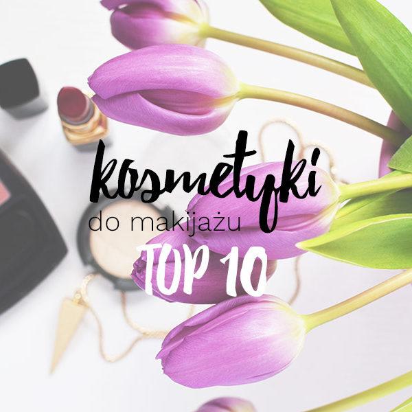 napis top 10 kosmetyków do makijażu dziennego na tle kosmetyków i fioletowych tulipanów