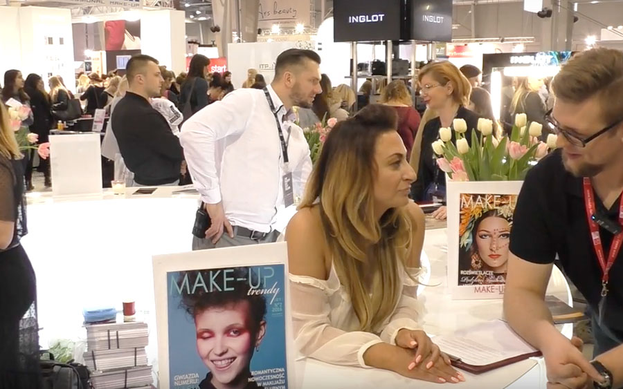 Katarzyna Marek i pracownik SOLED podczas wywiadu na targach Make Up Day