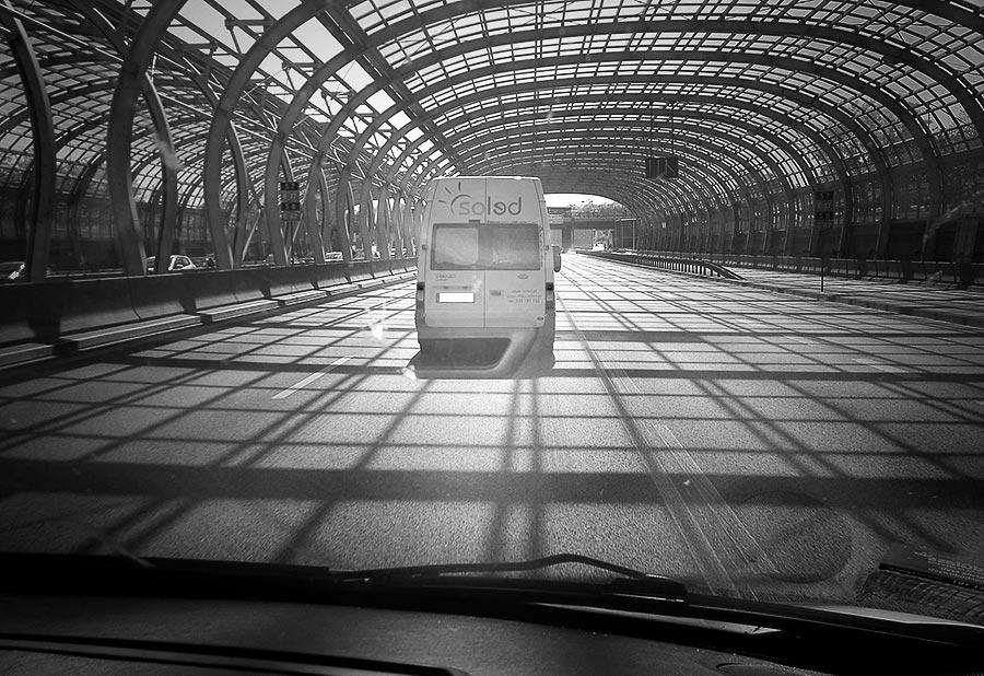 auto SOLED poruszające się po drodze przez tunel widziane z wnętrza auta jadącego za nim na targi Beauty Days
