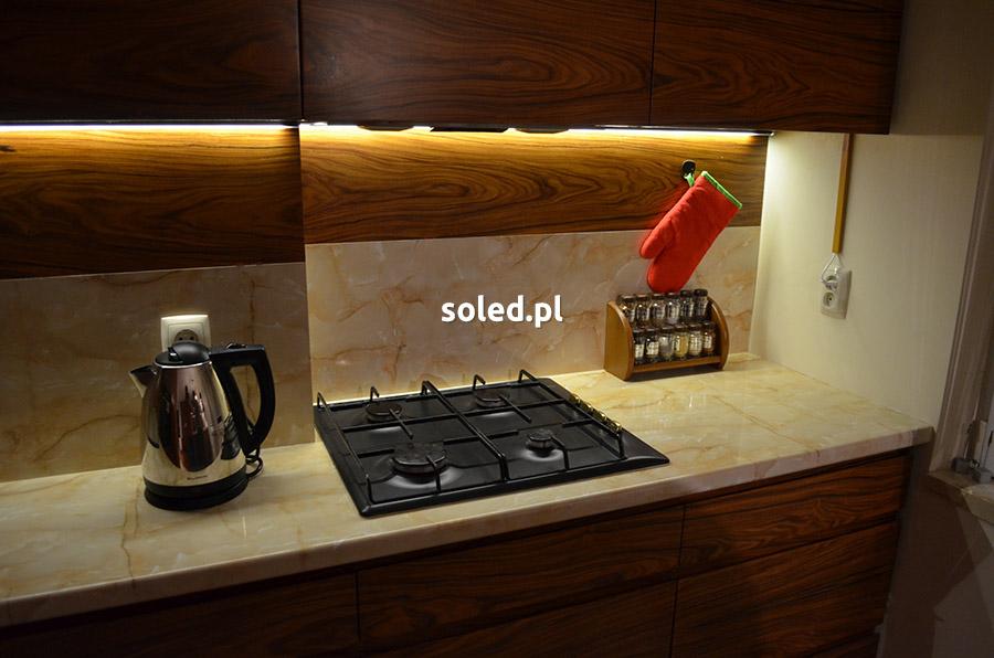 drewniana kuchnia z taśmą LED o barwie świecenia białej ciepłej