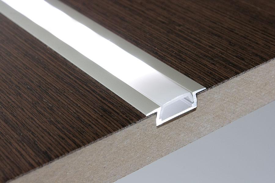 profil LED SO-K do taśmy LED umieszczony w blacie