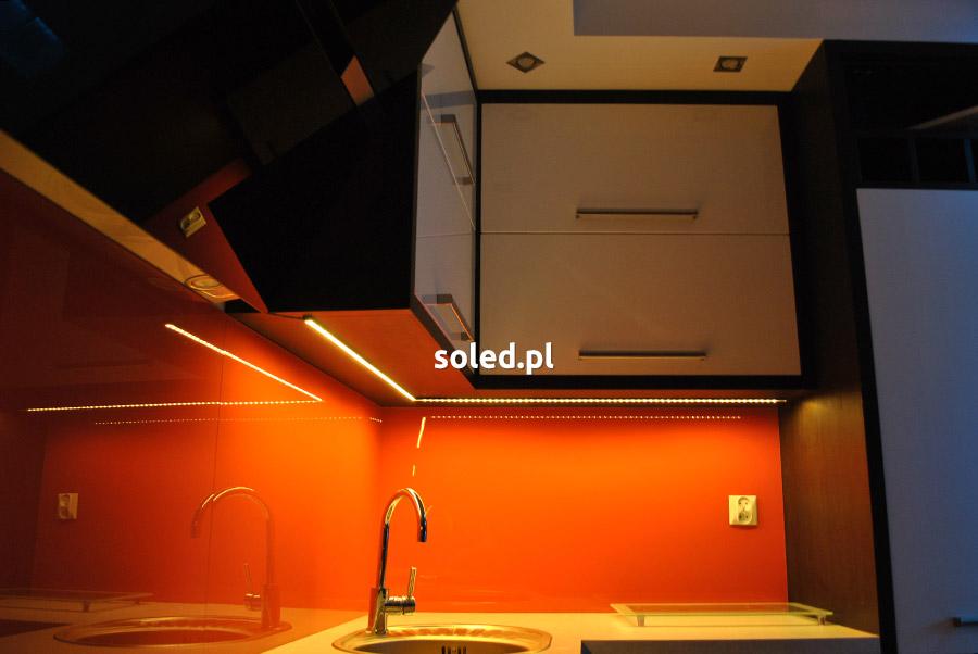 zdjęcie obrazujące jaka taśma LED do kuchni nowoczesnej
