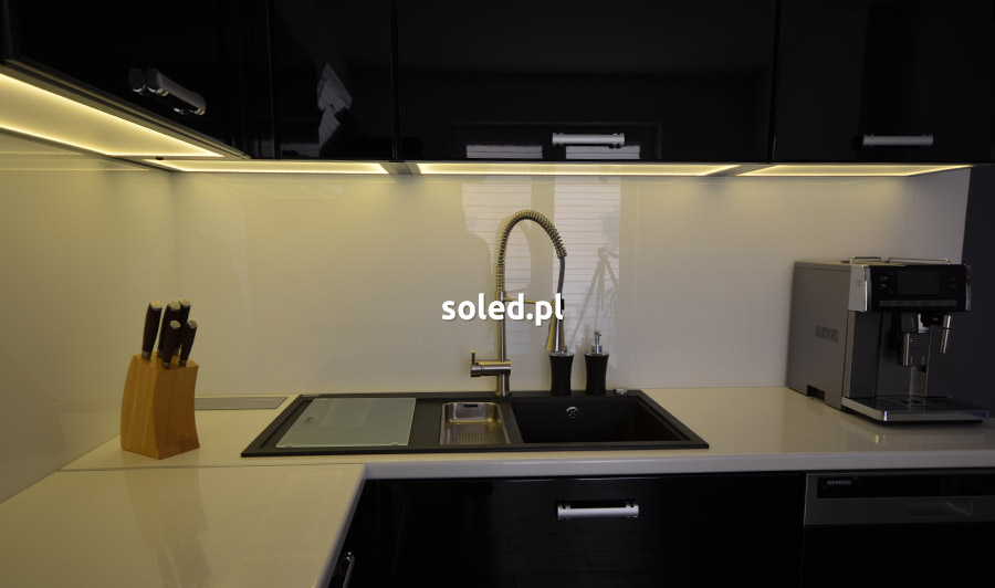 czarna kuchnia z oświetleniem LED