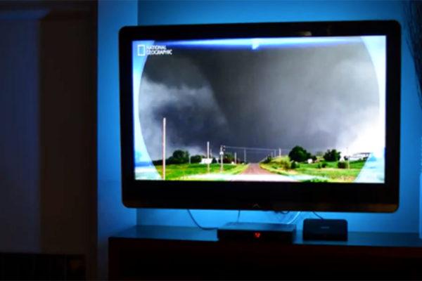 podświetlony telewizor taśmą LED na niebiesko