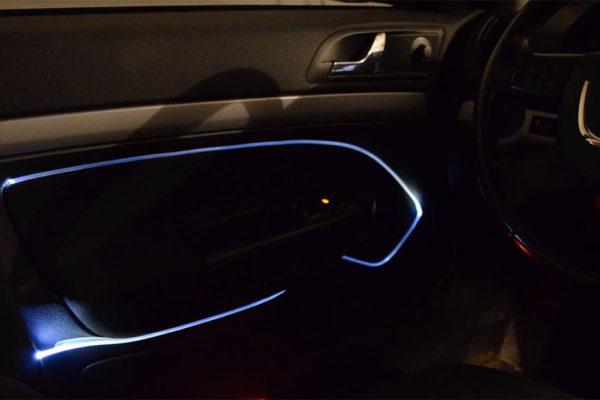oświetlenie samochodu światłowodem świecącym końcem
