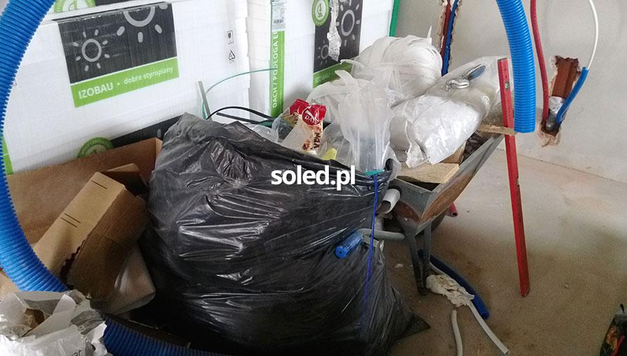 śmieci w workach powstałe przy pracach związanych z budową domu