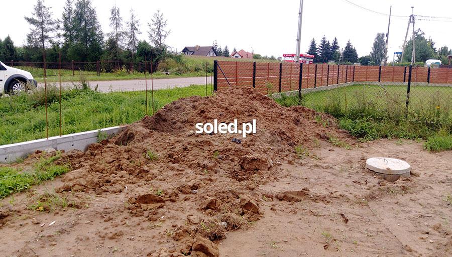 ziemia z wykopów podczas budowy domu jednorodzinnego