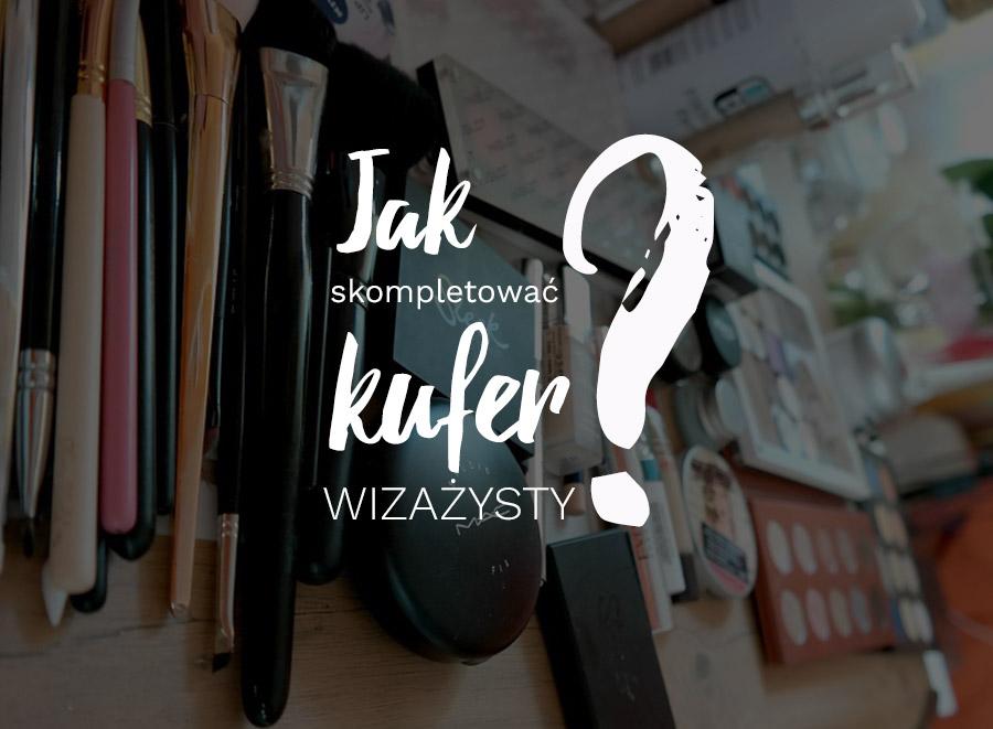 Jak skompletować kufer wizażysty? Napis na tle kosmetyków do makijażu