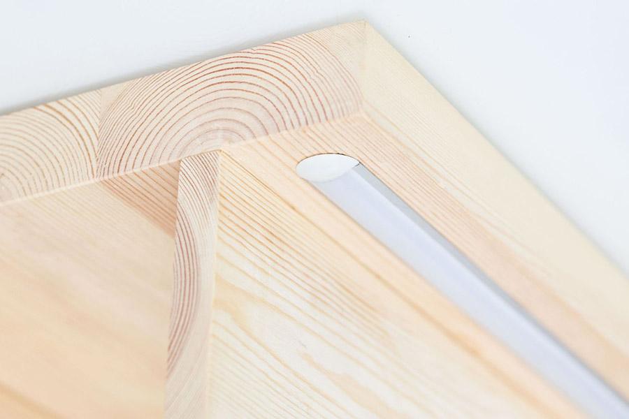 profil LED zamontowany we frezie pod stopniem drewnianym