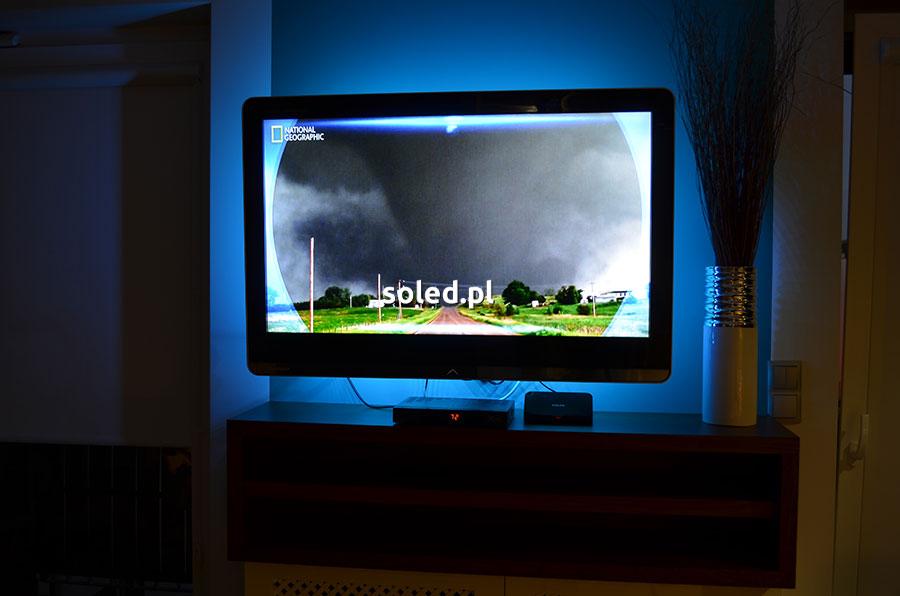 jak zamontować taśmę LED za telewizorem - gotowy efekt po montażu z niebieską łuną światła za tv