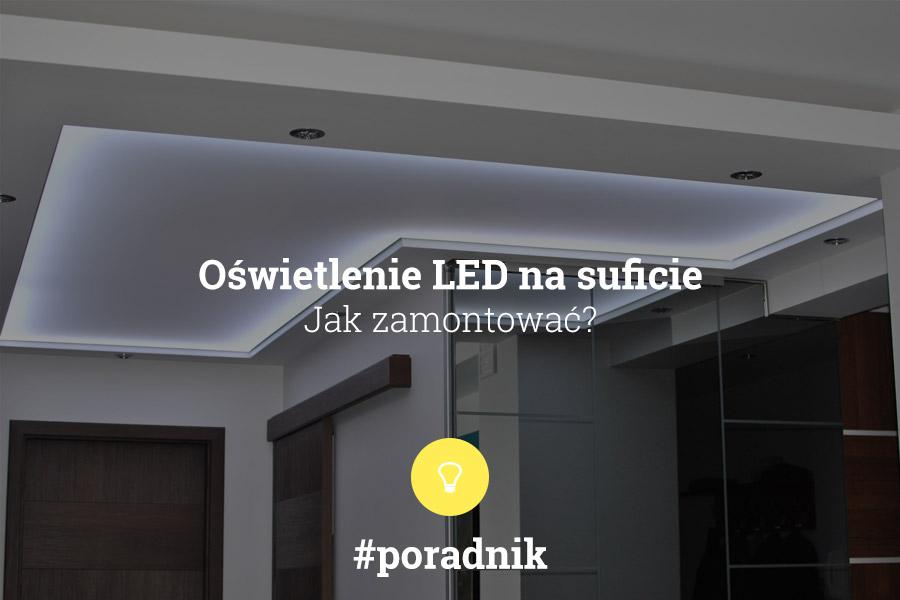 Jak zamontować oświetlenie LED na suficie - poradnik - tekst na tle zdjęcia sufitu napinanego z podświetleniem białym - sufit znajduje się w przedpokoju